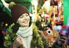Compras del adolescente en la feria festiva antes de Navidad Foto de archivo libre de regalías
