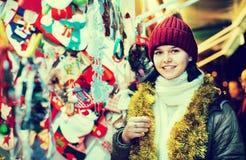 Compras del adolescente en la feria festiva antes de Navidad Fotos de archivo libres de regalías