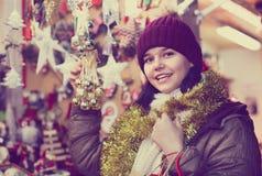 Compras del adolescente en la feria festiva antes de Navidad Imagen de archivo