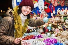 Compras del adolescente en la feria festiva antes de Navidad Imágenes de archivo libres de regalías