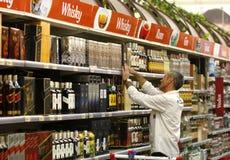 Compras del alcohol y del liqour en el supermercado Imagenes de archivo