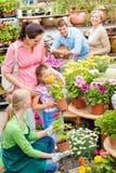 Compras del centro de jardín de la familia para las flores foto de archivo