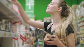 Compras del cliente en supermercado almacen de metraje de vídeo