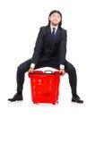 Compras del hombre con el carro de la cesta del supermercado Fotos de archivo