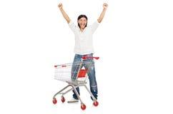Compras del hombre con el carro de la cesta del supermercado Imagenes de archivo