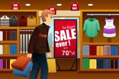 Compras del hombre en la alameda de compras Foto de archivo libre de regalías