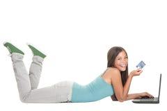 Compras del Internet de la mujer joven en la computadora portátil Foto de archivo libre de regalías
