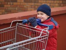 Compras del muchacho imágenes de archivo libres de regalías