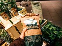 Compras del potatoe de Bioland dentro del supermercado alemán Imagen de archivo libre de regalías