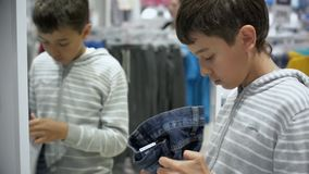 Compras del ` s de los niños Tienda para los niños almacen de metraje de vídeo