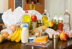 Compras do alimento na tabela na casa Fotos de Stock