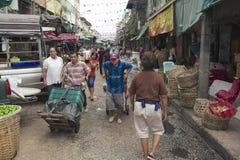 Compras do transporte dos povos do mercado em Banguecoque, Tailândia Fotografia de Stock