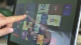 Compras eBay con el ordenador portátil de la pantalla táctil usando las ventanas 8 almacen de metraje de vídeo