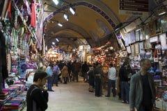 Compras en el bazar magnífico, Estambul de la gente Foto de archivo libre de regalías