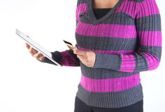 Compras en línea - cuentas que pagan de la mujer usando la tableta Imagen de archivo libre de regalías