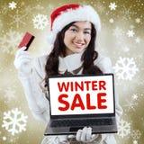 Compras en línea de la muchacha con el fondo de oro de la Navidad Fotografía de archivo libre de regalías