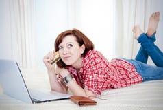 Compras en línea de la mujer atractiva feliz fotografía de archivo libre de regalías