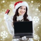 Compras en línea de la mujer con el fondo del copo de nieve Fotografía de archivo