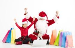 compras en línea de la Navidad de Papá Noel y del niño fotografía de archivo libre de regalías