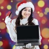 Compras en línea de la señora bonita para la Navidad Imagen de archivo