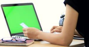 Compras en línea Manos caucásicas jovenes que compran mercancías de Internet en su smartphone con su tarjeta de crédito metrajes