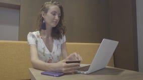 Compras en línea Mujer con la computadora portátil y de la tarjeta de crédito almacen de metraje de vídeo