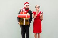 Compras en línea Mujer en vestido rojo, sosteniendo la tarjeta de crédito y el thi Imagen de archivo
