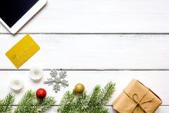 Compras en línea por Año Nuevo en la opinión de sobremesa de madera Imágenes de archivo libres de regalías