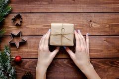 Compras en línea por Año Nuevo en la opinión de sobremesa de madera Foto de archivo libre de regalías