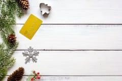 Compras en línea por Año Nuevo en la opinión de sobremesa de madera Fotos de archivo libres de regalías
