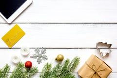 Compras en línea por Año Nuevo en la opinión de sobremesa de madera Fotografía de archivo