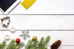 Compras en línea por Año Nuevo en la opinión de sobremesa de madera Imagen de archivo