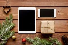 Compras en línea por Año Nuevo en la opinión de sobremesa de madera Imagen de archivo libre de regalías