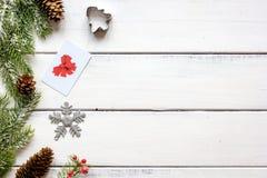 Compras en línea por Año Nuevo en la opinión de sobremesa de madera Fotografía de archivo libre de regalías