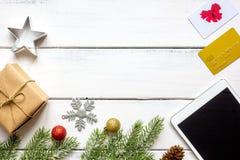 Compras en línea por Año Nuevo en la opinión de sobremesa de madera Foto de archivo