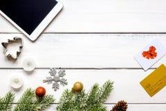 Compras en línea por Año Nuevo en la opinión de sobremesa de madera Fotos de archivo