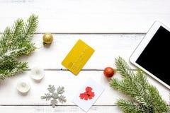 Compras en línea por Año Nuevo en la opinión de sobremesa de madera Imagenes de archivo
