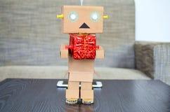 Compras en línea, regalo de Navidad de la entrega del robot Fotos de archivo libres de regalías