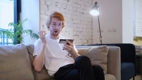Compras en línea en Smartphone del diseñador creativo emocionado