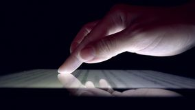Compras en línea usando la tableta, periódico de la lectura de la muchacha de la mujer de negocios en el dispositivo almacen de video