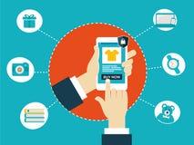Compras en línea usando móvil Foto de archivo libre de regalías