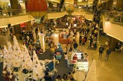 Compras en la alameda mega del mediados de valle, kilolitro de la Navidad Imagen de archivo libre de regalías