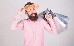 Compras felices con las bolsas de papel del manojo Reparto provechoso Consumidor adicto que hace compras C?mo conseguir listo par fotografía de archivo