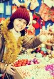 Compras felices de la chica joven en la feria festiva Fotografía de archivo libre de regalías