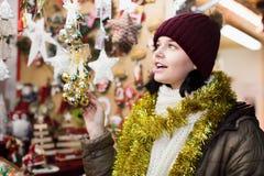 Compras felices de la chica joven en la feria festiva Foto de archivo libre de regalías