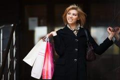 Compras felices de la mujer joven Fotografía de archivo libre de regalías