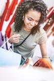 Compras felices de la mujer negra en la relajación Fotos de archivo