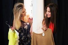 Compras felices de la mujer para la ropa en tienda imágenes de archivo libres de regalías