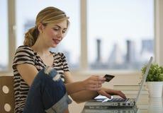 Compras femeninas en línea del hogar Fotografía de archivo
