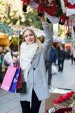 Compras femeninas en la feria festiva Fotografía de archivo libre de regalías